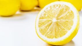 Le demi citron et groupe jaunes mûrs de citrons d'isolement sur le fond blanc Image libre de droits