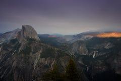 Le demi dôme et chutes du Nevada du parc national de yesemite photo stock