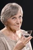 le den äldre kvinnan Arkivfoto
