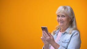 Le den åldriga damen som skriver på smartphonen, modern teknologiläs-och skrivkunnighet för pensionärer stock video