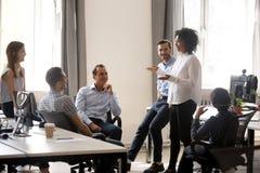 Le den afrikanska lagledaren som talar på den olika meetinen för företags grupp arkivbild