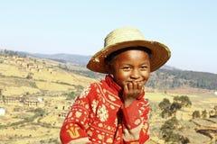 Le den afrikanska pojken med hatten på huvudet Royaltyfri Fotografi