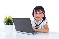 Le den asiatiska kinesiska damen för litet kontor som använder bärbara datorn Royaltyfri Bild