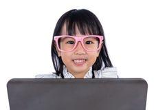 Le den asiatiska kinesiska damen för litet kontor som använder bärbara datorn Arkivbilder