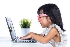 Le den asiatiska kinesiska damen för litet kontor som använder bärbara datorn Royaltyfria Foton