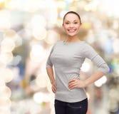 Le den asiatiska kvinnan över vit bakgrund Arkivfoto