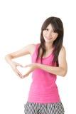 Le den asiatiska kvinnan gör hjärta att forma med händer Arkivbilder