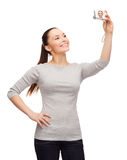 Le den asiatiska kvinnan med den digitala kameran Royaltyfri Bild