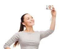 Le den asiatiska kvinnan med den digitala kameran Arkivbilder