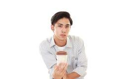 Le den asiatiska mannen som dricker kaffe Royaltyfri Bild