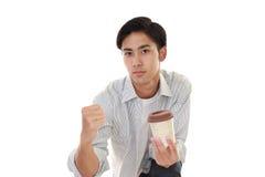 Le den asiatiska mannen som dricker kaffe Fotografering för Bildbyråer