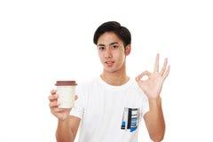Le den asiatiska mannen som dricker kaffe Royaltyfria Bilder