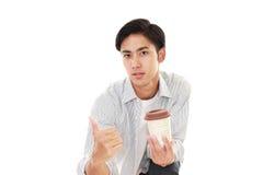 Le den asiatiska mannen som dricker kaffe Royaltyfri Foto