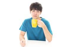 Le den asiatiska mannen som dricker kaffe Royaltyfria Foton