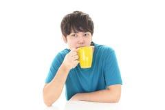 Le den asiatiska mannen som dricker kaffe Arkivfoton