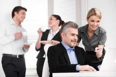 Le den attraktiva blonda assistenten som pekar med fingret på laptoen Fotografering för Bildbyråer