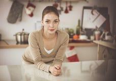 Le den attraktiva kvinnan som har frukosten i kökinre Le attraktiv kvinna Arkivfoto