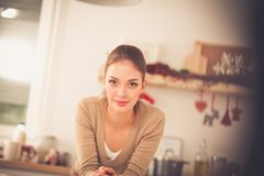 Le den attraktiva kvinnan som har frukosten i kökinre Le attraktiv kvinna Fotografering för Bildbyråer