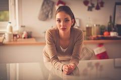 Le den attraktiva kvinnan som har frukosten i kökinre Le attraktiv kvinna Royaltyfria Bilder