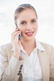 Le den blonda affärskvinnan på posera för telefon Royaltyfria Foton
