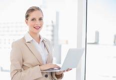 Le den blonda affärskvinnan som använder bärbara datorn Fotografering för Bildbyråer