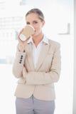 Le den blonda affärskvinnan som dricker kaffe Arkivfoton