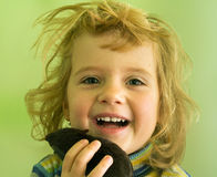 Le den blonda flickan med leksaken i hand Royaltyfri Fotografi