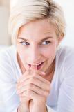 Le den blonda kvinnan som ligger på sängen Royaltyfria Foton