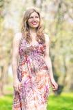 Le den Caucasian blonda kvinnlign som in vilar, parkera område i sommar Tid Royaltyfria Foton