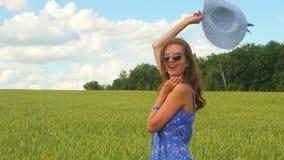 Le den caucasian kvinnan i hatt och blått klä tycka om tid utanför stock video