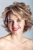 Le den caucasian kvinnan med lockigt blont hår arkivfoto