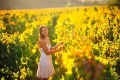 Le den eleganta kvinnan i natur Glädje och lycka Fridfull kvinnlig i fält för vindruva i solnedgång Fält för växa för vin Jordbru royaltyfri bild