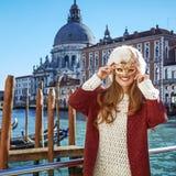 Le den eleganta kvinnan i Venedig, Italien bärande Venetian maskering Royaltyfria Foton