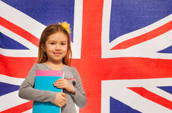 Le den engelska skolflickan med läroböcker Arkivfoton