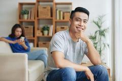 Le den etniska mannen med flickvännen på bakgrund arkivfoton