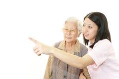 Le den gamla kvinnan royaltyfri bild