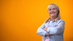 Le den gamla kvinnan som korsar h?nder p? br?stkorg, lyckad aff?r, lycklig vuxenliv royaltyfri fotografi