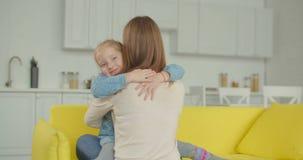 Le den glade lilla flickan som lyckligt omfamnar modern stock video