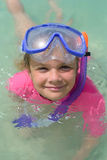 Le den gulliga flickan som bär snorkla maskeringen som är klar att dyka i set Arkivfoto