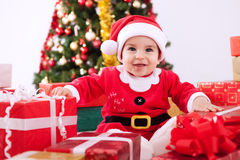 Le den gulliga ungen med gåvor för jul Arkivbild
