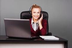 Le den härliga appellmittoperatören med hörlurar arkivfoto