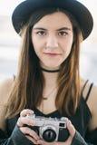 Le den härliga flickafotografståenden id?rikt jobb arkivbilder