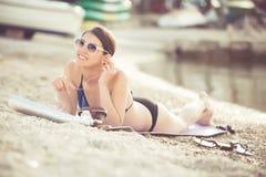 Le den härliga kvinnan som solbadar i en bikini på en strand på det tropiska loppet, tillgripa Royaltyfria Bilder