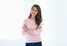 Le den härliga kvinnaståenden med korsade armar royaltyfri foto