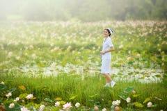 Le den härliga sjuksköterskan royaltyfri bild