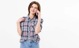 Le den härliga tonåriga kvinnan som talar på telefonen, rymmer den lyckliga unga flickan, mobiltelefonen som gör den svarande app royaltyfria foton
