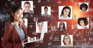 Le den hållande bärbara datorn för affärskvinna mot stående vektor illustrationer