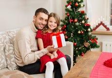 Le den hållande gåvaasken för fader och för dotter Royaltyfria Bilder