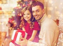 Le den hållande gåvaasken för fader och för dotter Arkivfoto