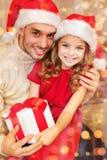 Le den hållande gåvaasken för fader och för dotter Fotografering för Bildbyråer